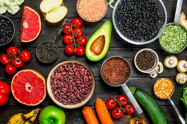 Bio-lebensmittel. frisches gemüse und gewürze mit hülsenfrüchten. auf einem holz.