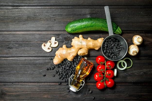 Bio-lebensmittel. frisches gemüse und gewürze mit hülsenfrüchten auf einem rustikalen tisch.