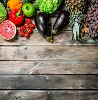 Bio-lebensmittel. frisches obst und gemüse. auf einem holztisch.