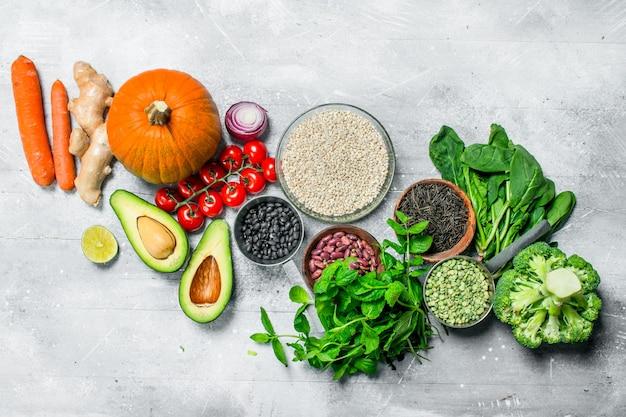 Bio-lebensmittel. gesundes gemüse und obst mit hülsenfrüchten auf rustikalem tisch.