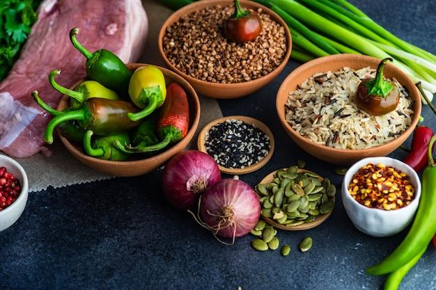 Bio-lebensmittel mit fleisch und getreide