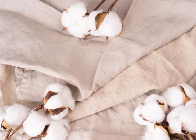 Bio-leinen weiße baumwollblumen konzept umweltfreundliche stoffe bio-materialien draufsicht