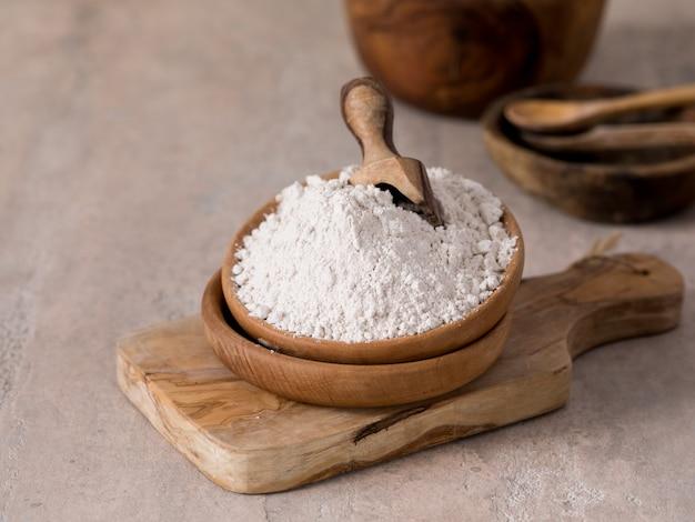 Bio-maca-pulver lepidium meyenii. holzbrett