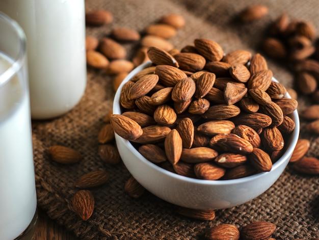 Bio-mandelmilch und mandeln