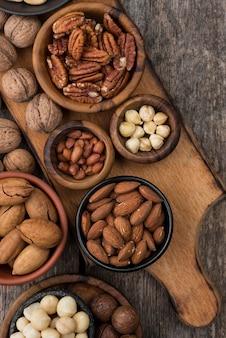 Bio-nuss-snack in schalen schälen lag