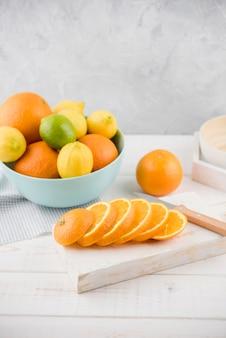 Bio-orangenscheiben auf dem tisch