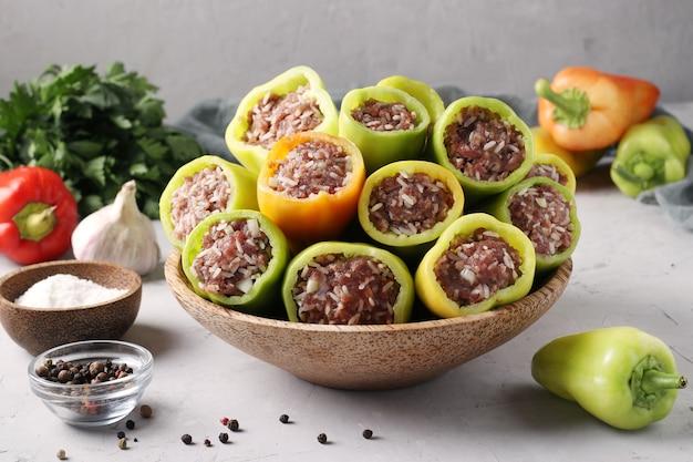 Bio-paprika gefüllt mit reis und hackfleisch schritt für schritt, querformat