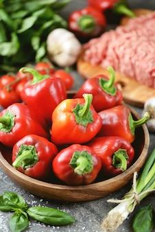 Bio paprika hackfleisch reis und gewürze für gefüllte paprika