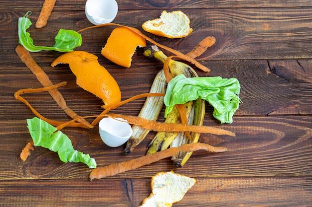 Bio-reinigung, pflanzliche abfälle, verarbeitungsfertig und kompostiert. sammlung von speiseresten zur kompostierung. ökologisches konzept.