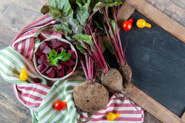 Bio-rote-bete-wurzeln mit schwarzer tafel