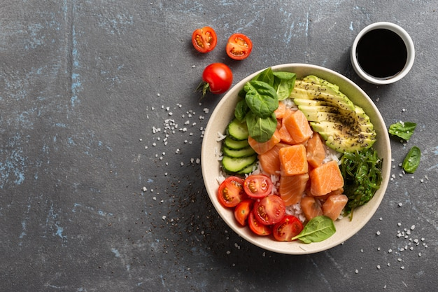 Bio-sackschale mit lachs, avocado und gemüse