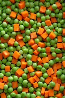 Bio-salat aus frischen grünen erbsen und karotten