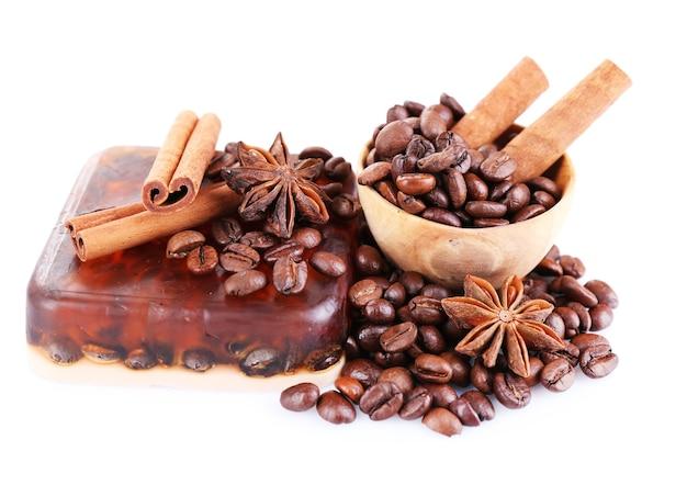 Bio-seife mit kaffeebohnen und gewürzen, isoliert auf weiss