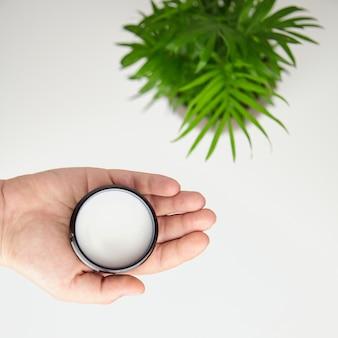 Bio-sheabutter in der hand, natürliche feuchtigkeitsspendende kosmetik