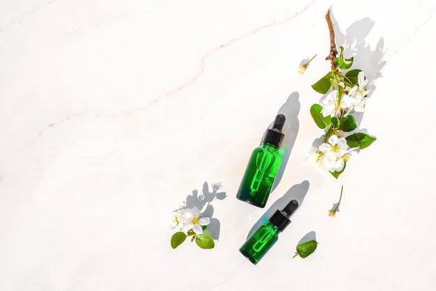 Bio-spa-kosmetik mit pflanzlichen inhaltsstoffen. naturkosmetik-serum mit kräutern zur hautpflege.