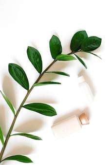 Bio-spa-kosmetik mit pflanzlichen inhaltsstoffen. serum oder creme mit pflanzenextrakten zur hautpflege.
