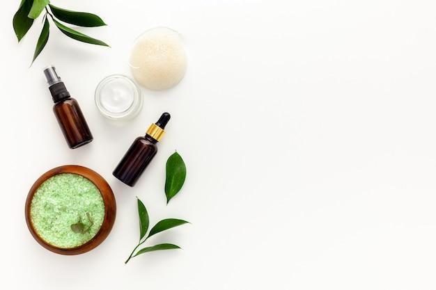 Bio-spa-kosmetik mit teebaumöl und meersalz