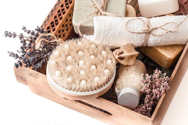 Bio-spa-produkte in einer holzkiste