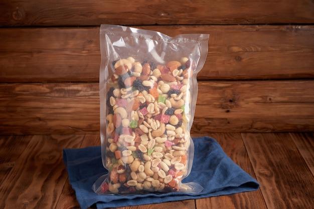 Bio-trockenfrüchte in einer plastiktüte