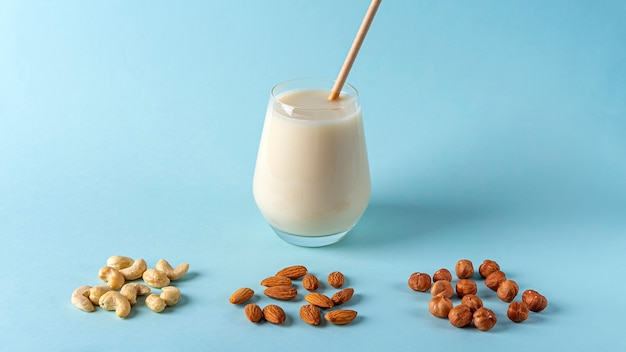 Bio vegane freie milch aus nüssen mit verschiedenen nusssorten