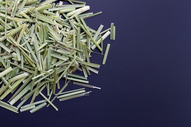 Bio zitronengras. kräuter für tee-konzept