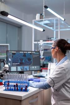 Biochemie-arzt, der die virusinfektion analysiert