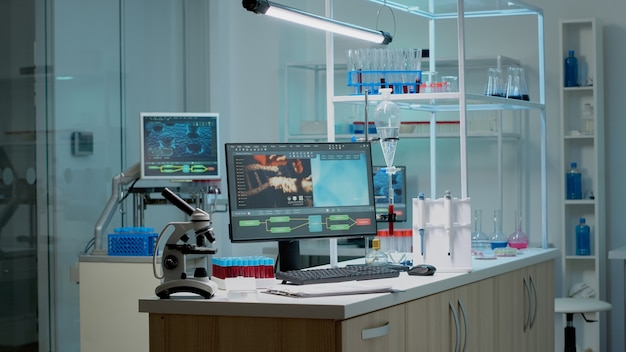 Biochemie-schreibtisch mit wissenschaftlichem computer im labor