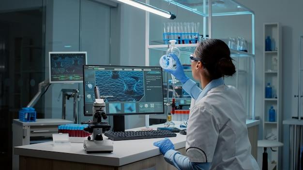 Biochemie-spezialist forscht im labor