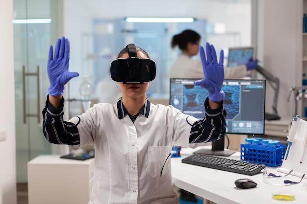 Biochemiker arzt erlebt virtuelle realität mit headset während des impfstoffexperiments