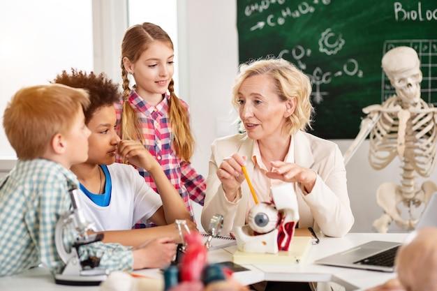 Biologie unterricht. professionelle lehrerin, die neues material erklärt, während sie eine lektion durchführt