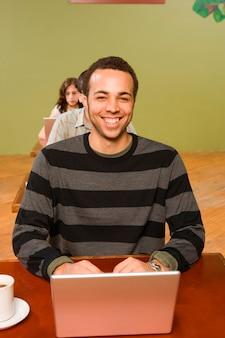 Biracial mann am kopf der reihe der laptop-benutzer