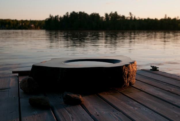 Birdbath auf einem dock, see des holzes, ontario, kanada