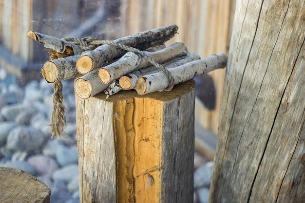 Birkenbrennholzstämme am holzstumpf auf dem land, dorfstimmungshintergrunddekor.