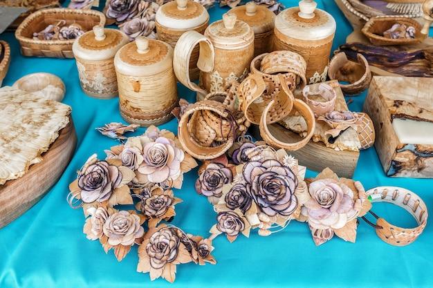 Birkenrindenornamente werden auf dem volkshandwerksmarkt verkauft russische volksprodukte aus birkenrinde