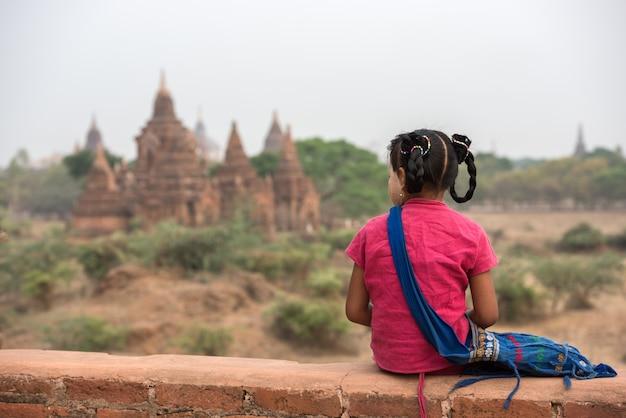 Birmanisches mädchen bei altem bagan, myanmar