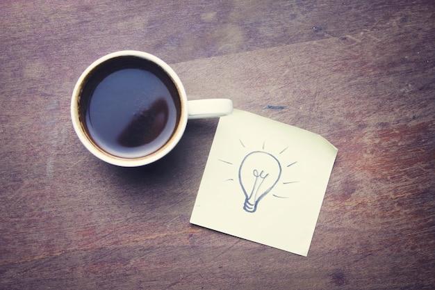 Birne auf papier und tasse kaffee