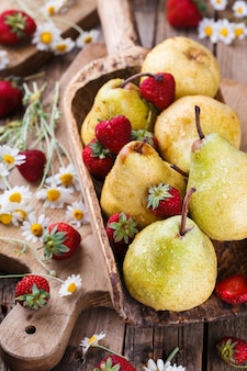 Birnen, erdbeeren und gänseblümchen, stillleben