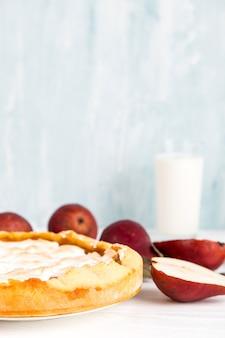 Birnen köstliche torte, hausgemachtes gebäck mit zimtmilch, süßes dessert zum frühstück. speicherplatz kopieren.