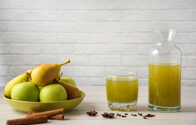 Birnen- und apfelsaft mit zimtgeschmack in einer glasschale