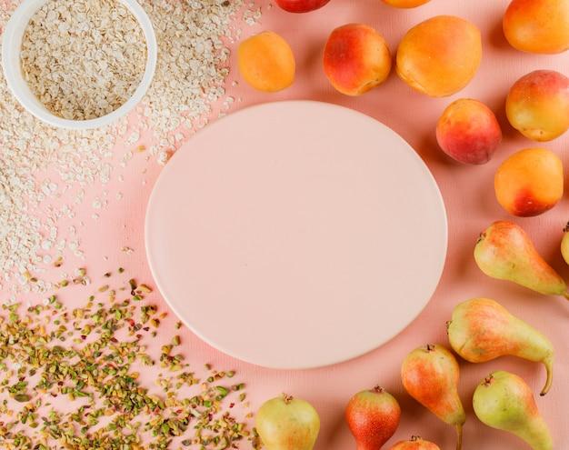 Birnen und aprikosen mit pistazien, teller, haferflocken in einem teller