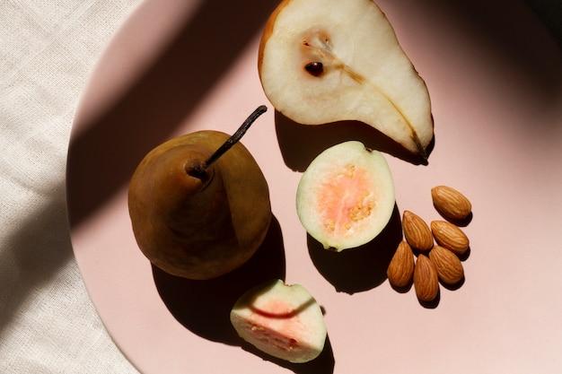 Birnenguavenfrüchte mit mandeln