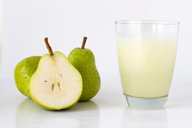 Birnensaft, daneben die früchte auf weißem grund. birnenfrucht