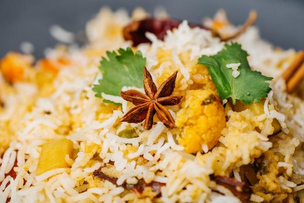 Biryani-reis (gemüse-biryani). indischer basmatireis, currygemüse und gewürze. indische küche
