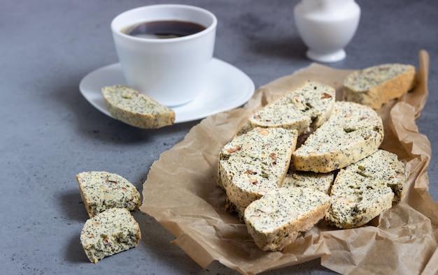 Biscotti oder cantuccini mit haselnüssen und mohn und einer tasse kaffee.