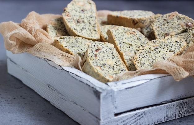 Biscotti oder cantuccini mit haselnüssen und mohn.