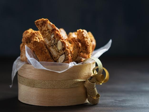 Biscotti-plätzchen oder cantuccini, traditioneller italienischer mandelnachtisch in einer hölzernen schüssel, nahes u