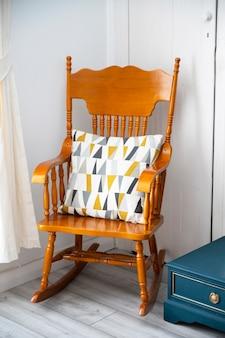 Bishop, auckland, großbritannien, 27. juli 2021. stilvoller alter schaukelstuhl aus holz mit farbenfrohem moderkissen, wohnzimmermöbel.