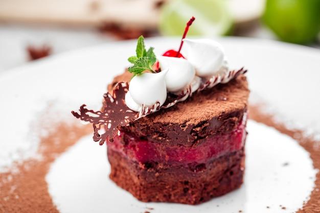 Biskuit mit beerencreme in schokoladenglasur