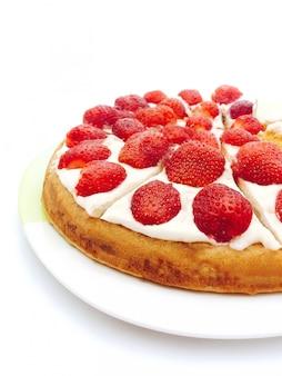 Biskuit mit erdbeere und weißer sahne