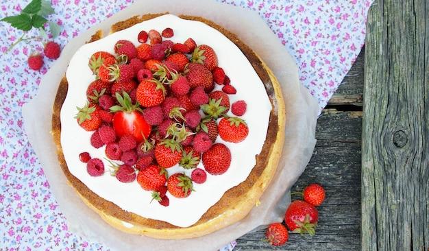Biskuit mit frischen reifen erdbeeren mit sahne
